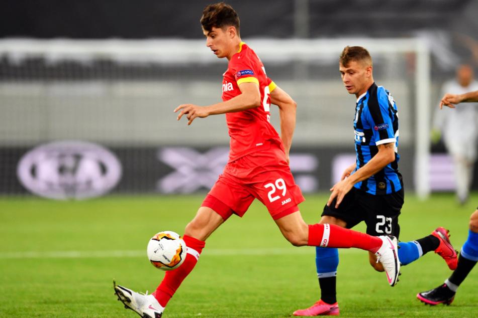 Kai Havertz (l.) brachte Leverkusen mit seinem 1:2-Anschlusstreffer zurück ins Spiel.