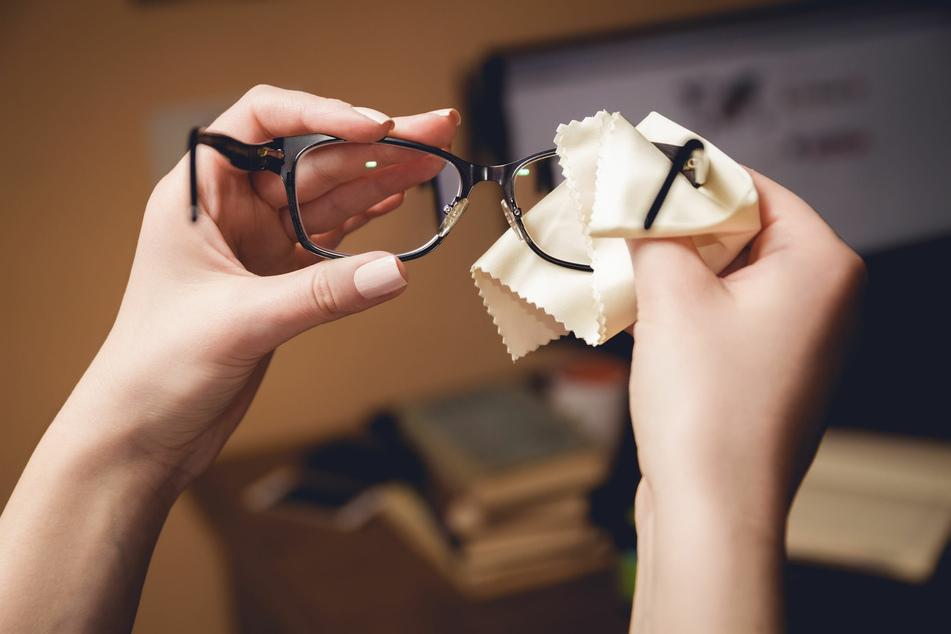 Das mitgelieferte Brillenputztuch ist gerade für unterwegs einfach das beste Hilfsmittel zum Brille reinigen.