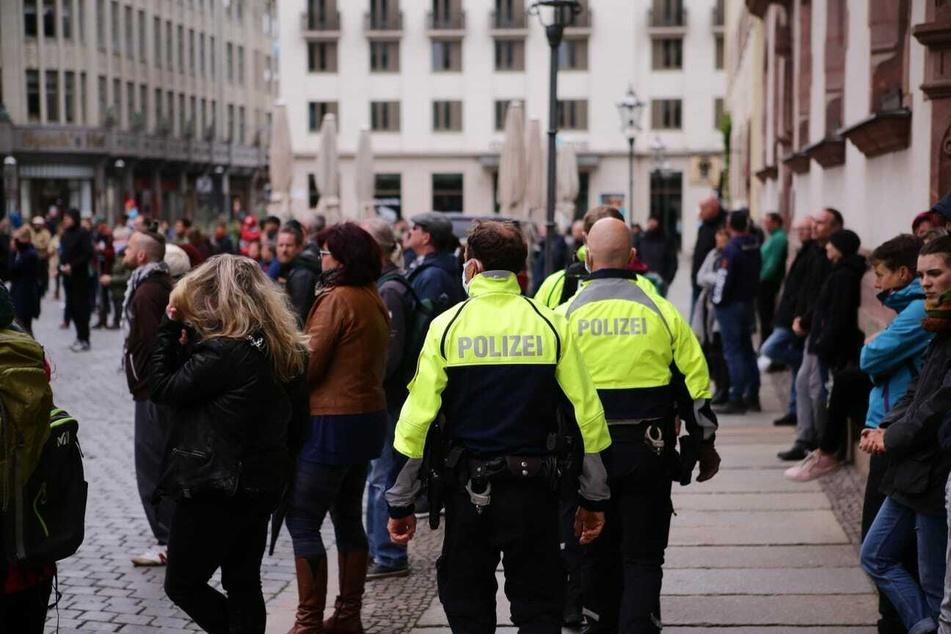 Die Demo war zuvor angemeldet worden. Polizei und Ordnungsamt waren vor Ort, um das Ganze abzusichern.