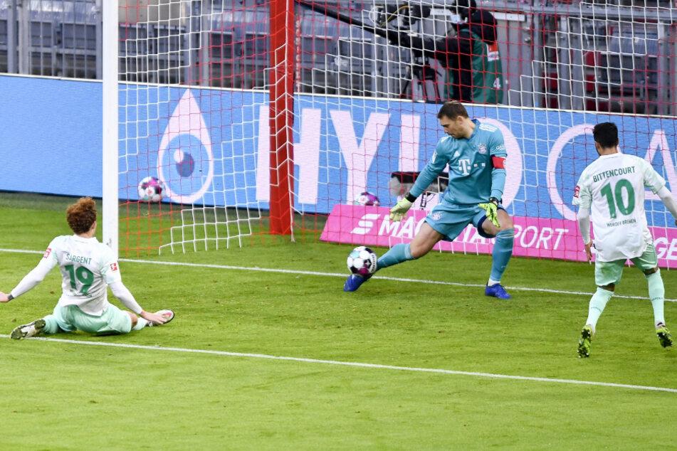 Manuel Neuer pariert einen Schuss von Josh Sargent aus kürzester Distanz.