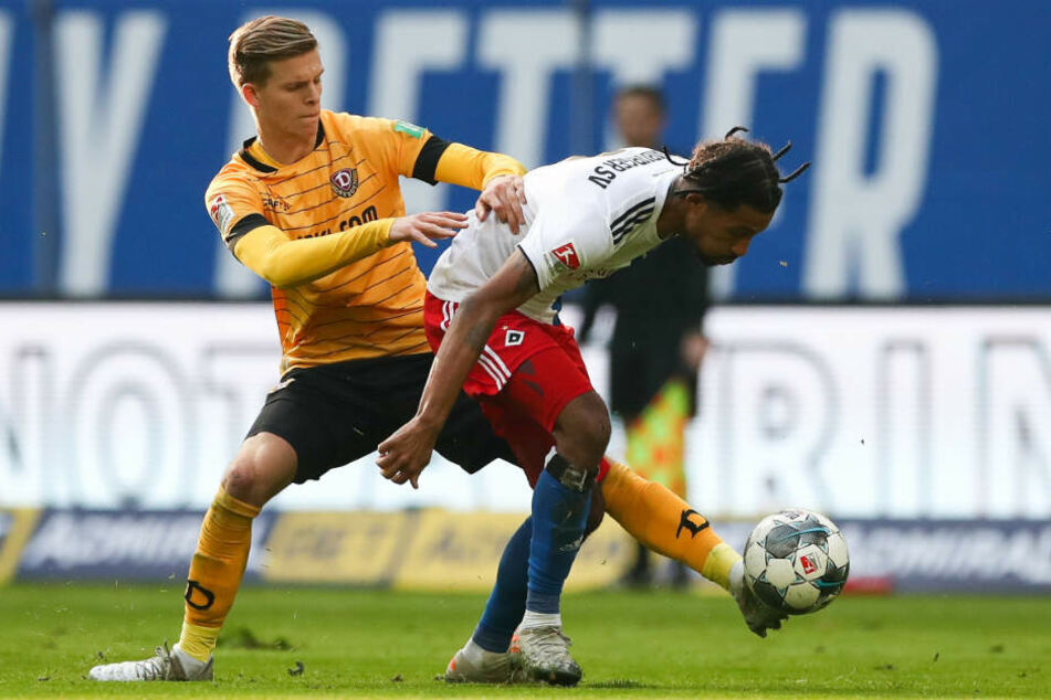 Voller Einsatz! Hamburgs Jeremy Dudziak (r.) und Dynamos Dzenis Burnic schenken sich im Duell um den Ball nichts.
