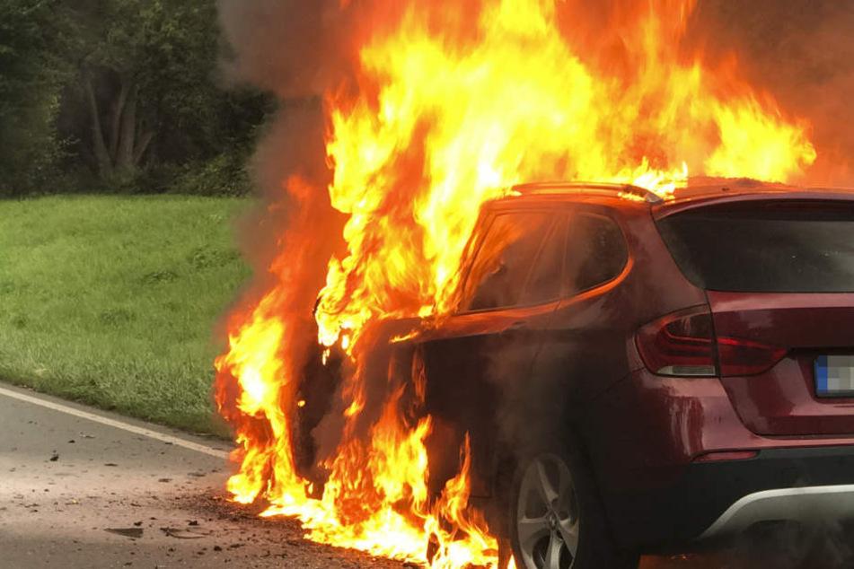 Das Feuer brach im Motor aus, der Wagen stand lichterloh in Flammen.