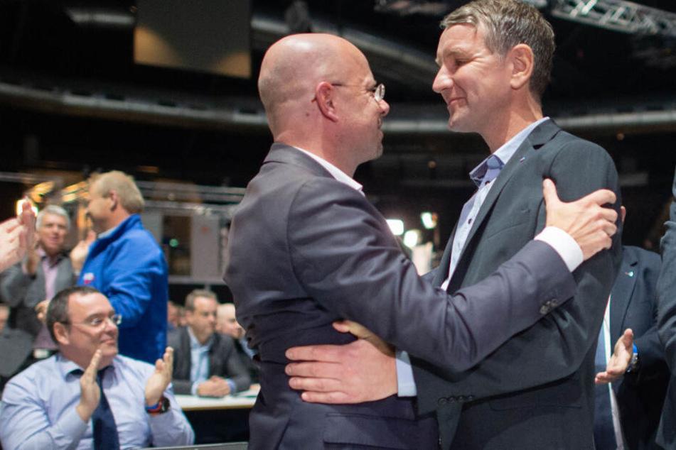 Björn Höcke (r), Landesvorsitzender der AfD Thüringen, gratuliert beim Parteitag der AfD Andreas Kalbitz, Landesvorsitzender der AfD Brandenburg, zur Wahl als Beisitzer im Bundesvorstand der AfD.