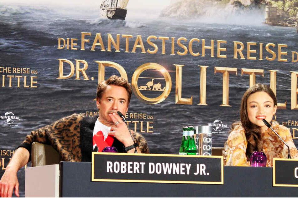 Robert Downey junior (l.) gab sich auf der Pressekonferenz ganz entspannt und spielte Co-Star Carmel Laniado immer wieder die Bälle zu.