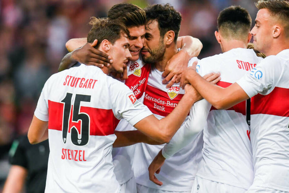 Hamadi Al Ghaddioui (M.) vom VfB Stuttgart jubelt nach seinem Tor zum 1:1 mit Pascal Stenzel (l-r.), Mario Gomez, Atakan Karazor und Philipp Förster.