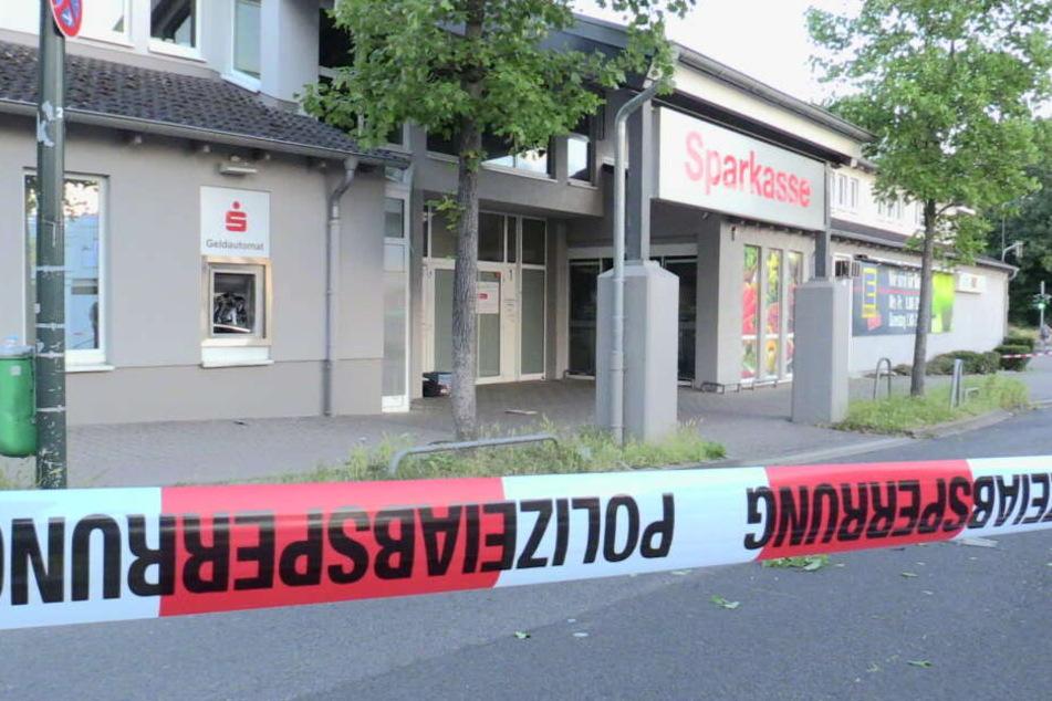 Der Tatort am Dienstagmittag in Düsseldorf: Die Polizei sicherte vor Ort Spuren.