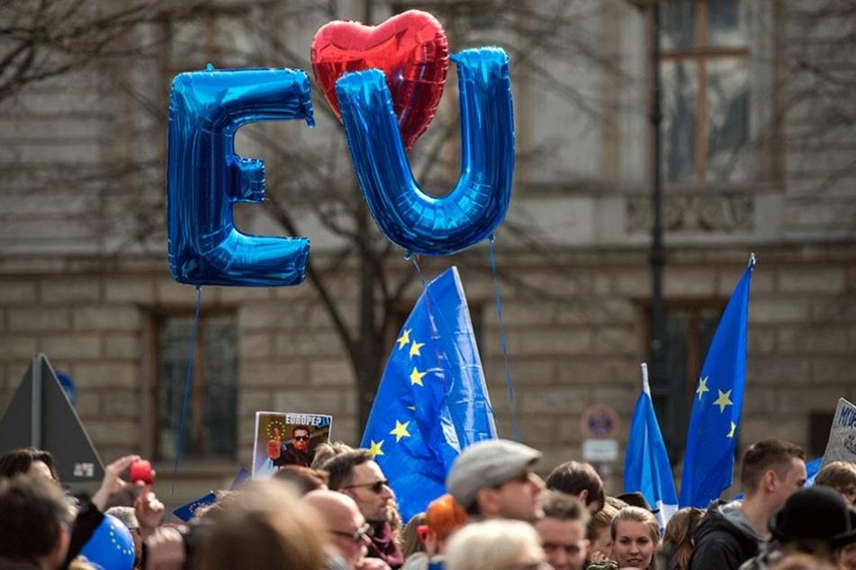 """Demonstranten halten Unter den Linden bei der Demonstration des Bundesverbands Europa-Union Deutschland e.V. (EUD) Luftballons hoch, die die Kürzel """"EU"""" bilden."""