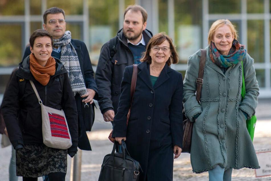 Vertreter von Bündnis 90/Die Grünen, EU-Abgeordnete und Tobias Arbinger, Pressesprecher, kommen zu den Koalitionsverhandlungen von SPD, CDU und Bündnis 90/Die Grünen im Verhandlungsraum.