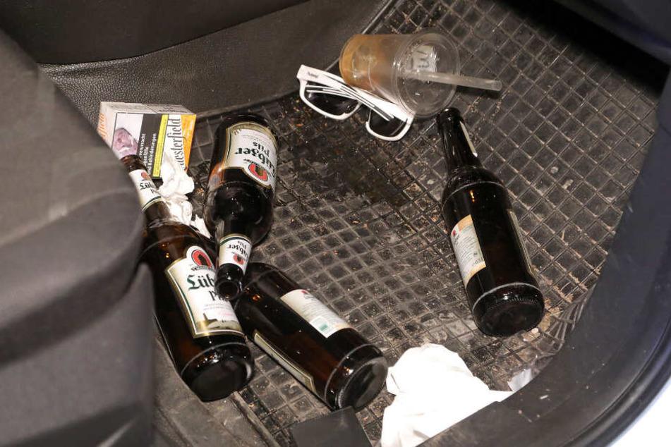 Im Fußraum lagen noch vier leere Bierflaschen.