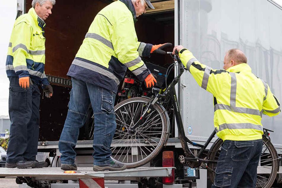 In einem Hinterhof entdeckten die Beamten etliche, gestohlene Fahrräder. (Symbolbild)