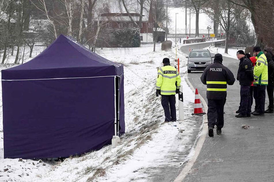 Leichenfund an einer Landstraße: Die Kripo sicherte Spuren im Schnee.