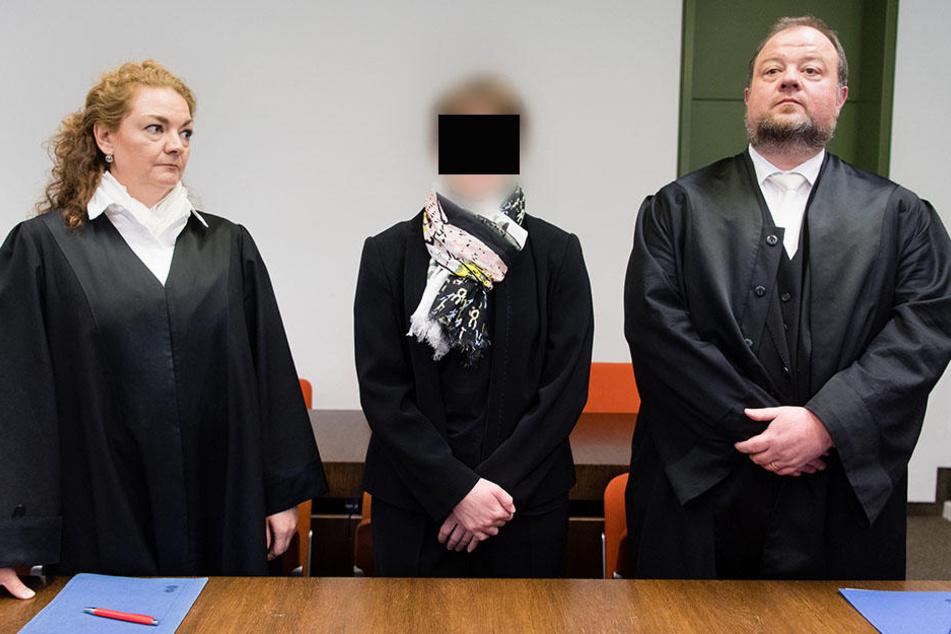 Die angeklagte Hebamme Regina K. (M) steht zu Beginn ihrer Verhandlung im Landgericht in München (Bayern) zwischen ihren Rechtsanwälten Hermann Christoph Kühn und Daniela Rose.