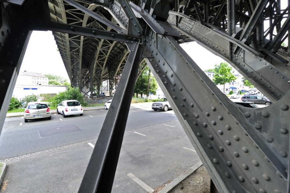 Bei der Sanierung der denkmalgeschützten Brücke soll die schwarze Farbe verschwinden.