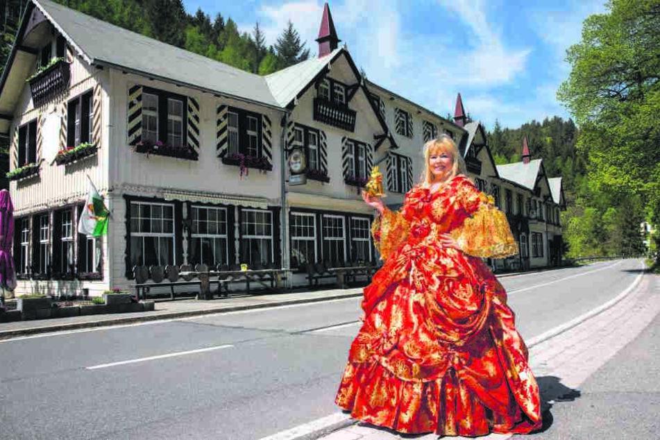 Für dieses Schlosshotel samt Königreich Romkerhall sucht Fürstin Susanne (60) einen Nachfolger.
