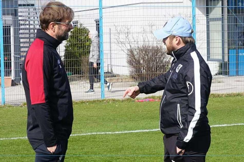 Trainer unter sich: Jürgen Klopp (l.) vom FC Liverpool mit Löwen-Coach Bierofka im Gespräch.