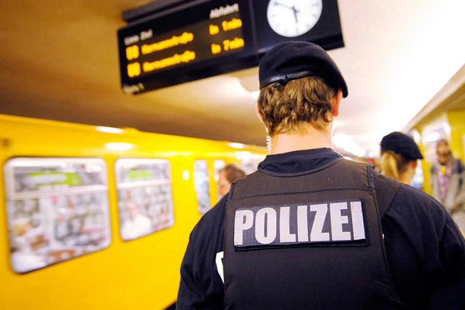 Ein Mann hat im U-Bahnhof Yorkstraße drei Obdachlose angegriffen. (Symbolbild)