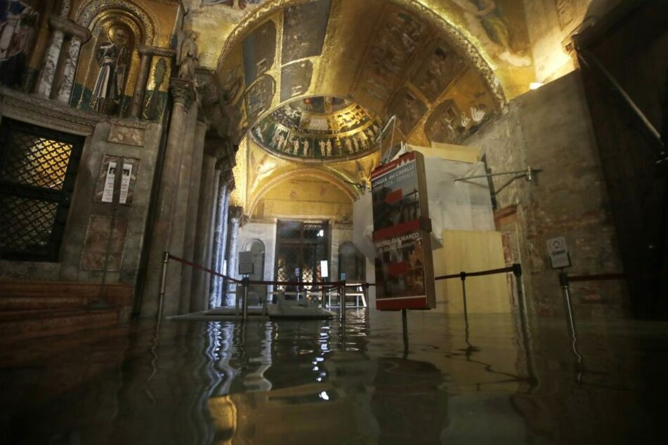 Der Eingangsbereich zum Markusdom ist überflutet.