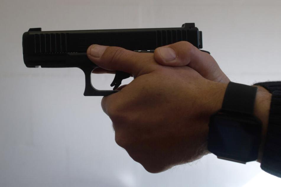 Eine Person hält eine Waffe in der Hand. (Symbolbild)