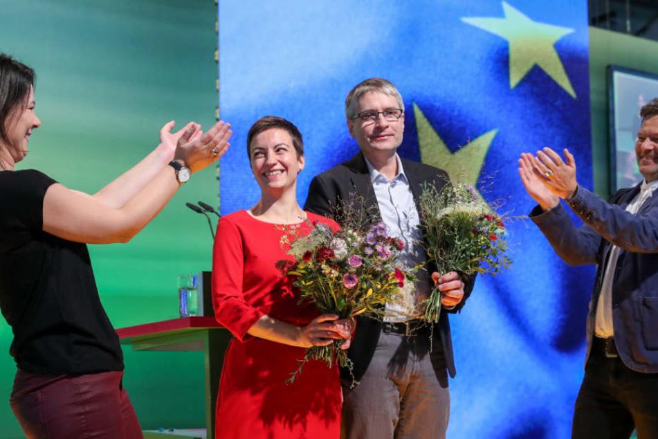 Robert Habeck (r.) und Annalena Baerbock (l.), die Bundesvorsitzenden von Bündnis 90/Die Grünen beglückwünschen die frisch gekürten Kandidaten für die Europawahl, Ska Keller (Listenplatz 1) und Sven Giegold (Listenplatz 2), während der 43. Bundesdelegiert