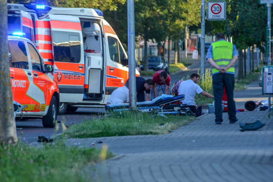 An der Unfallstelle kümmerten sich Sanitäter um den schwerverletzten Biker.