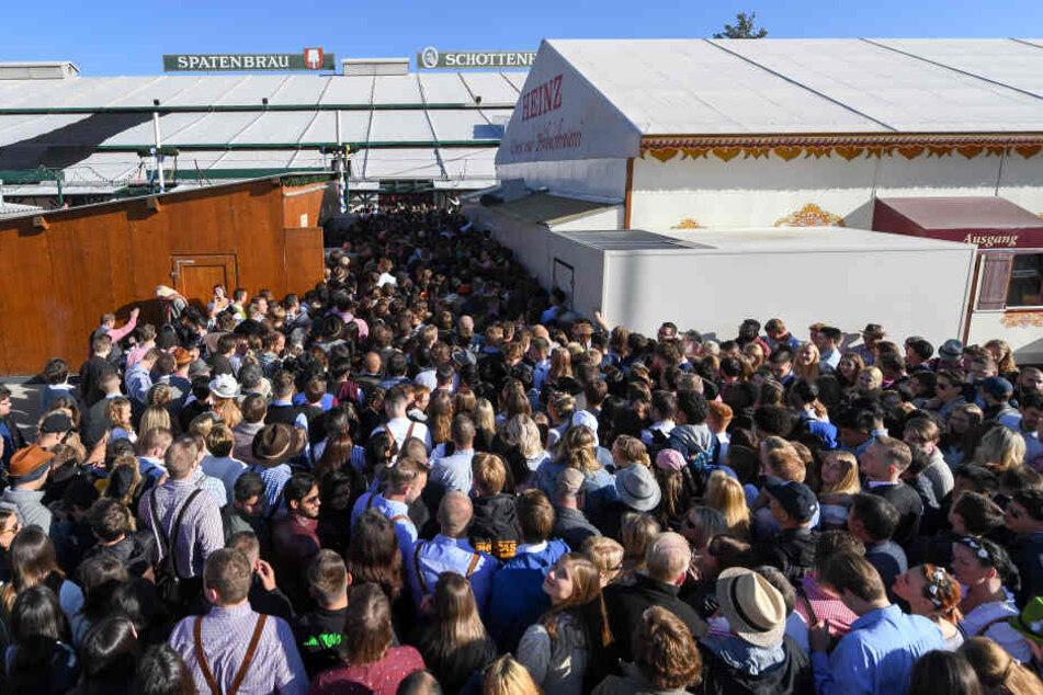 Schon vor dem Anstich: Oktoberfest-Zelte wegen Überfüllung geschlossen