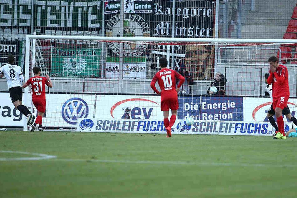 Michele Rizzi trifft zum 1:0 für Münster per Elfmeter. Die Zwickauer sind konsterniert.