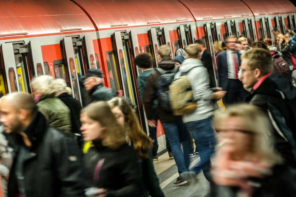 Wem der Zustand der S-Bahn nicht passt, kann in Zukunft dem Reinigungspersonal per WhatsApp bescheid geben.
