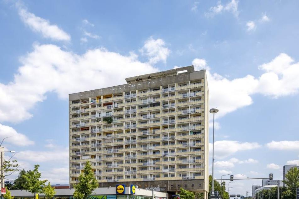Das markante DDR-Hochhaus am Pirnaischen Platz (offiziell Grunaer Straße 5)  wurde von 1964 bis 1966 gebaut.