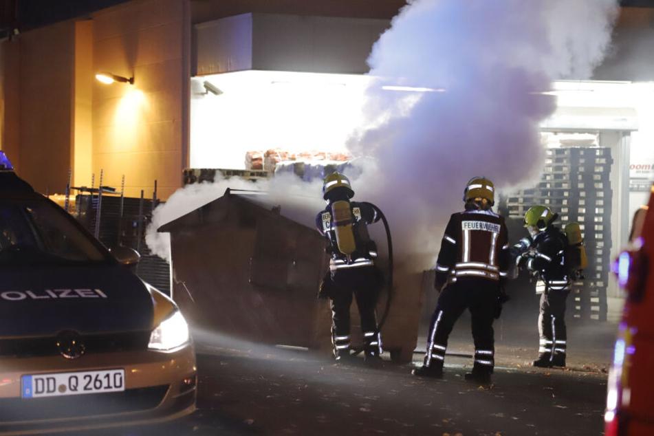 Im Anlieferbereich eines Baumarktes in Chemnitz brannte am Mitwochabend ein Container.