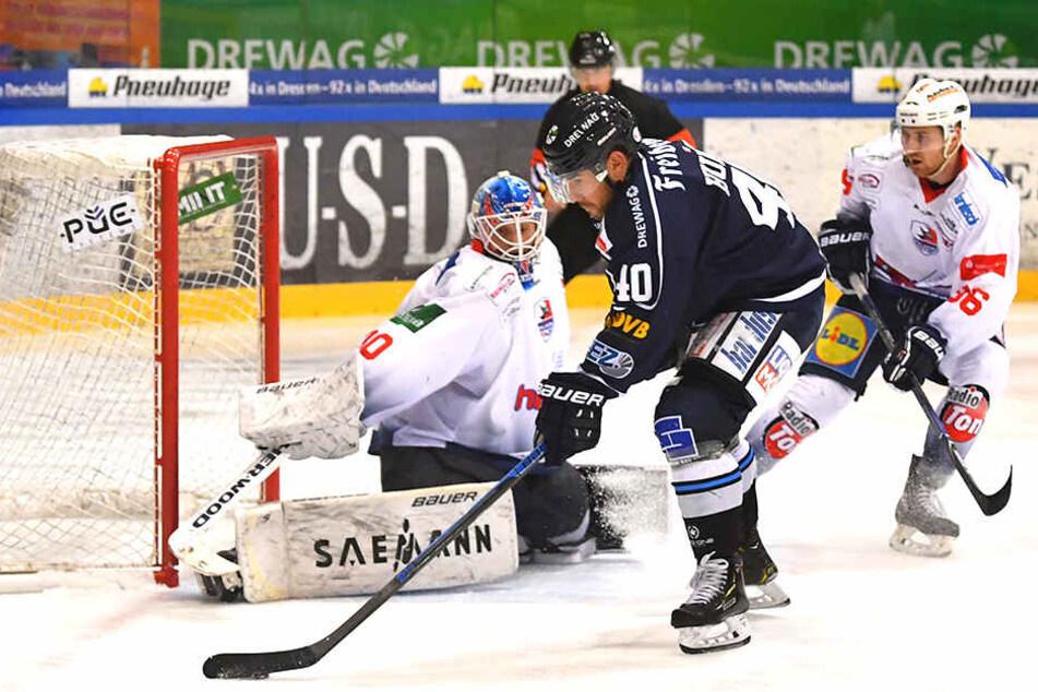 Wie daheim im Löwenkäfig versuchte am Freitag Nick Huard (M.) Falken-Keeper Mirko Pantkowski zu überlisten.
