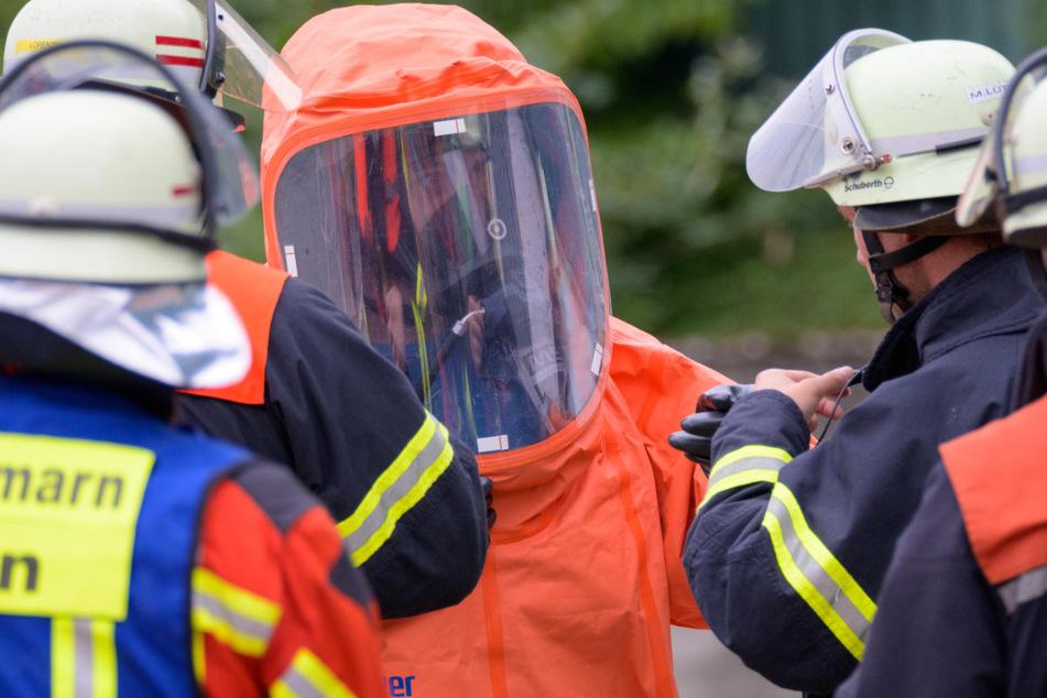Unter Atemschutz durchsuchten die Einsatzkräfte einen Schacht und fanden die Quelle für den Gasgeruch.