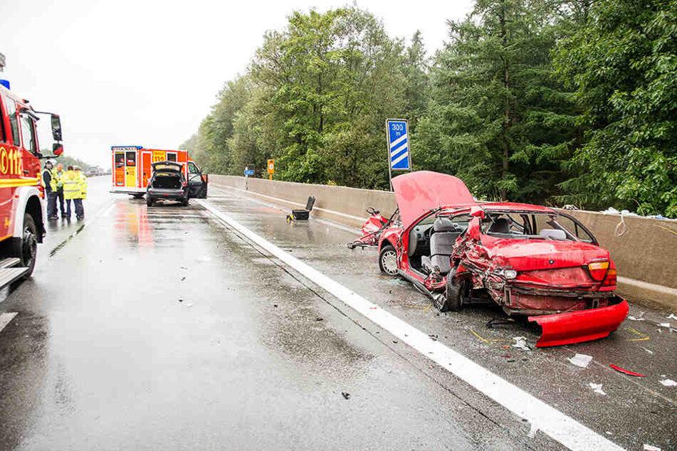 Drei Schwerverletzte holte die Feuerwehr aus dem Mitsubishi.