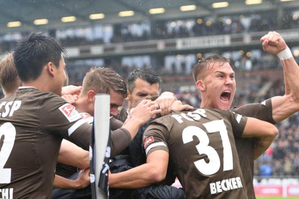 Spieler des FC St. Pauli jubeln. (Symbolbild)