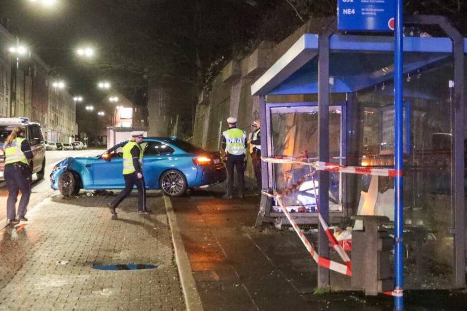 Der Autofahrer krachte in diese Bushaltestelle in Wuppertal.