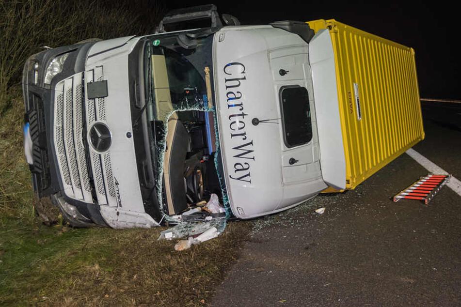 Der Fahrer musste aus seinem Führerhaus befreit werden. Er wurde leicht verletzt.