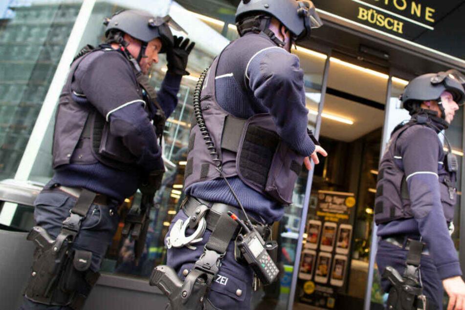 Zeugen hatten die Polizei wegen der Schüsse in der Düsseldorf Innenstadt alarmiert, die daraufhin mit einer Hundertschaft anrückte.