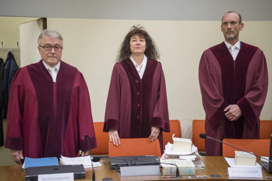 Bundesanwalt Herbert Diemer (l-r), Oberstaatsanwältin Anette Greger und Bundesanwalt Jochen Weingarten im Oberlandesgericht München.