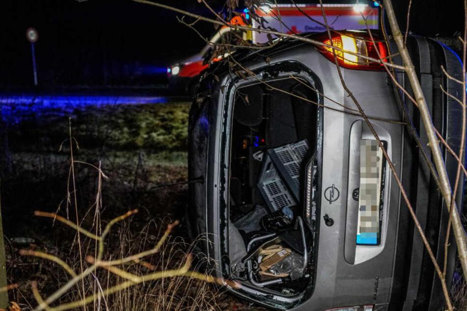 Schlimmer Glatteis-Unfall: Auto überschlägt sich und kommt 100 Meter weiter zum Stehen