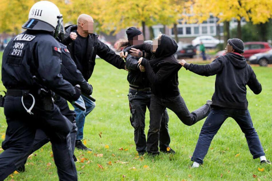 Ein Mann schlug einer Polizistin mit der Faust ins Gesicht, sie kam mit Verletzungen ins Krankenhaus (Archivbild).