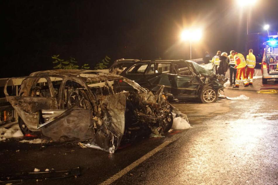Ein Auto fing kurz nach dem Unfall Feuer.