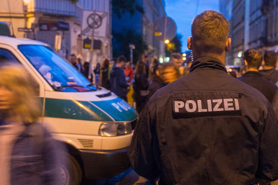 Ein Polizist im Einsatz in der Dresdner Neustadt. (Archivbild)