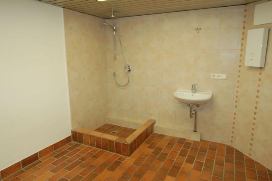 Das Badezimmer ist zumindest schön groß.