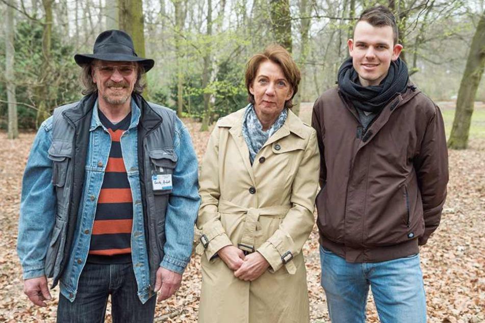Der ehemalige Obdachlosee Guido Brück (li.) steht mit Vera Gäde-Butzlaff, Vorstandsvorsitzende der GASAG (M), und Yannick Büchle, Teamleiter vom Kältebus der Berliner Stadtmission im Tiergarten.