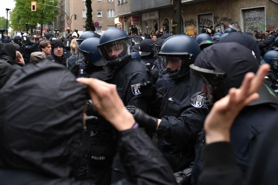 """Polizisten stehen vermummten Teilnehmern der """"Revolutionären 1. Mai-Demonstration"""" linker Gruppen gegenüber."""