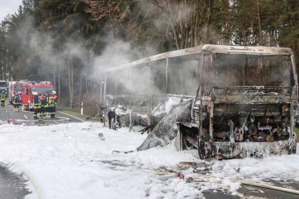 Bus fängt während der Fahrt Feuer und brennt vollständig aus