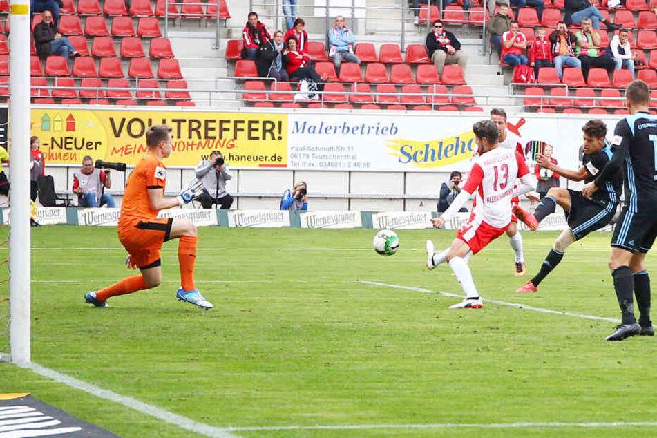 Myroslav Slavov schießt ab und trifft zum 2:0 für den CFC. Vorher hatte er die Innenverteidigung des HFC vernascht.