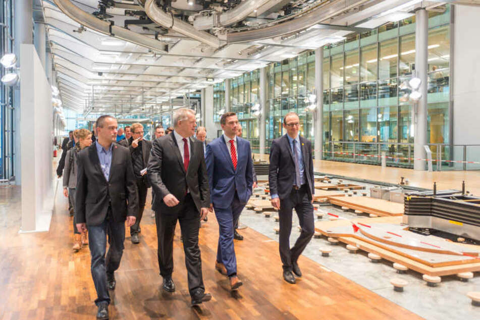 Am Montag zeigte Kai Siedlatzek (46, 2.v.l.), Finanzchef bei Volkswagen Sachsen,  Wirtschaftsminister Martin Dulig (42, 3.v.l.) die Arbeiten.