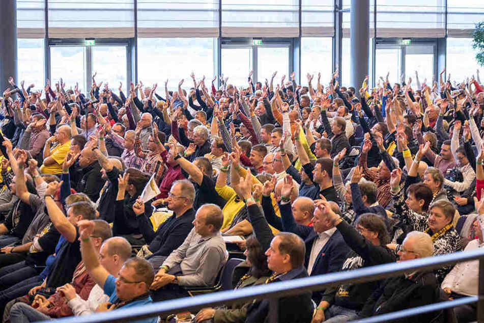 Mit überwältigender Mehrheit stimmten die anwesenden Dynamo-Mitglieder am Samstag im Congress Center für den Bau eines neuen Trainingsgeländes im Ostragehege.