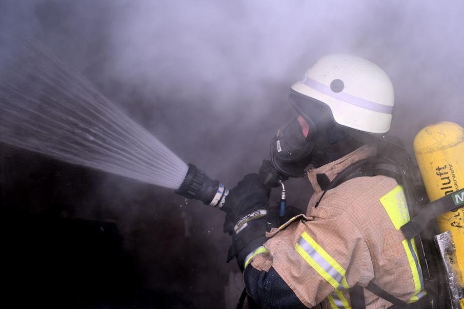 Ein Feuerwehrmann kämpft gegen die Flammen. (Symbolbild)