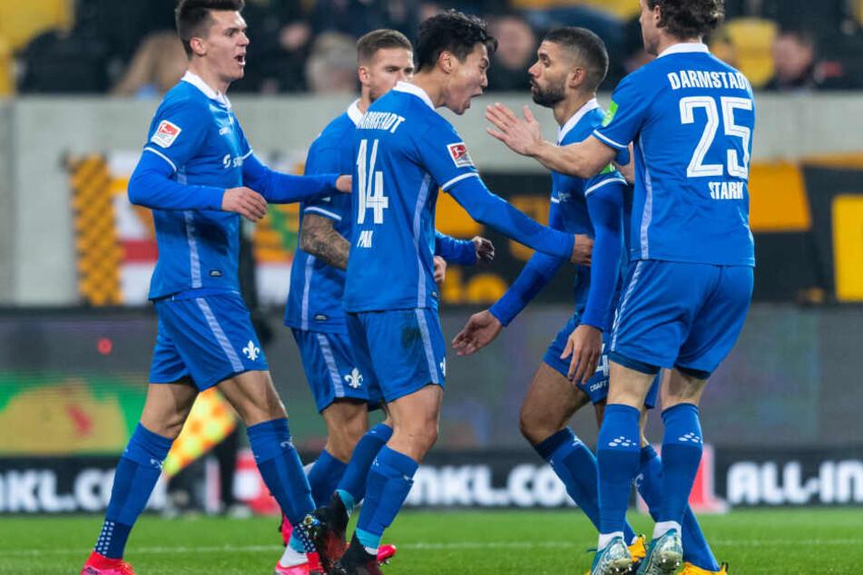 Der Darmstädter Paik Seung-ho (Mi.) bejubelt seinen Treffer zum zwischenzeitlichen 1:1 gegen Dresden.